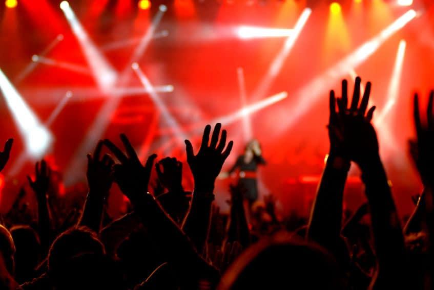 Atraso de voo resulta em perda de espetáculo musical e passageiro recebe indenização