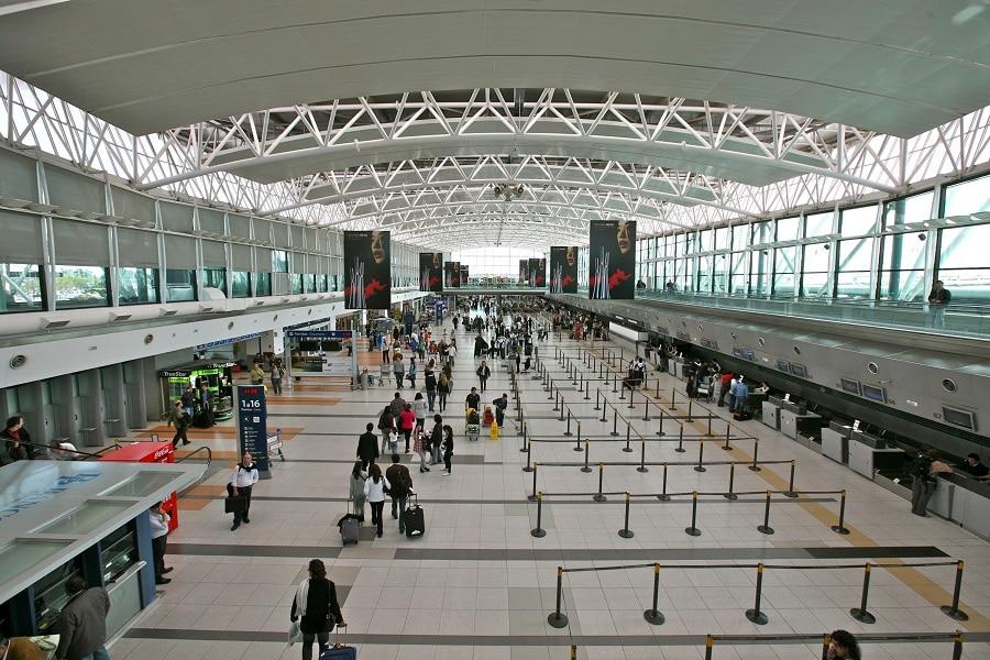 Transferência de aeroporto e troca de horário de voo causam transtornos indenizáveis aos passageiros [Exemplo]