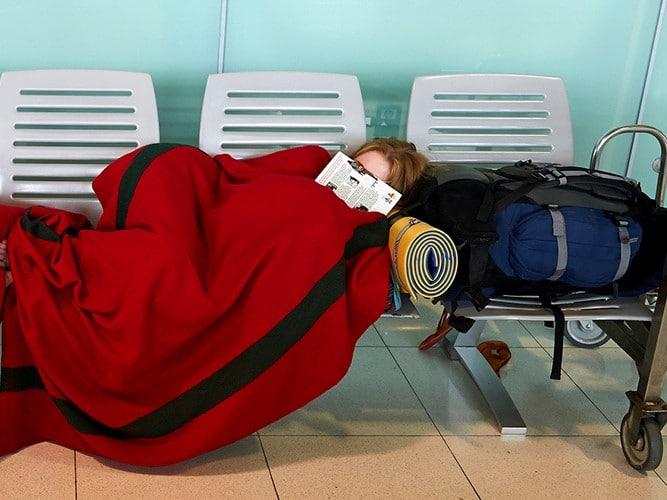 Adolescentes desacompanhados pernoitam em saguão de aeroporto em razão de atraso de voo