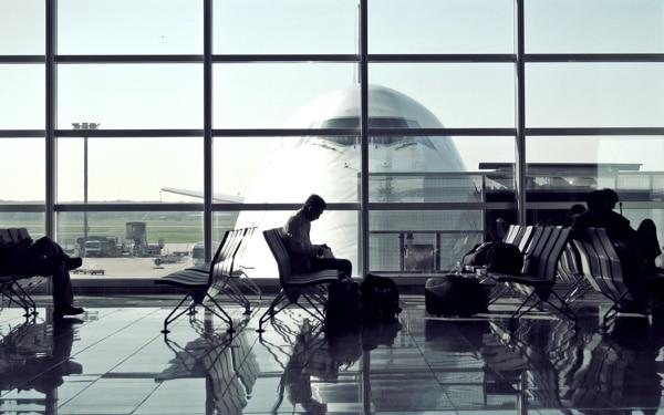 Antecipação de voo sem aviso prévio é uma grave violação aos direitos do passageiro: conheça os seus direitos