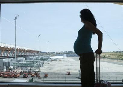 Alteração do voo resulta em indenização à passageira grávida após 8 horas de atraso de viagem